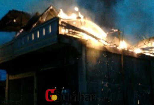Api sedang membakar bangunan di Pasar Sungai Rumbai.