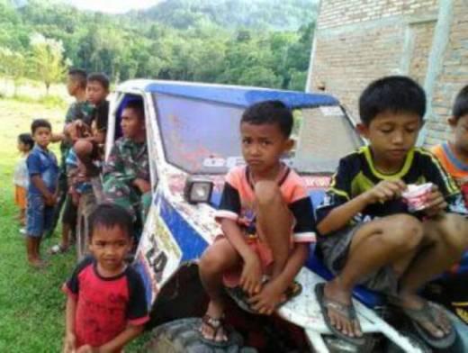 Lakukan TMMD di Pesisir Selatan, Prajurit TNI Bercengkrama dengan Anak-Anak Tanjung Kandis