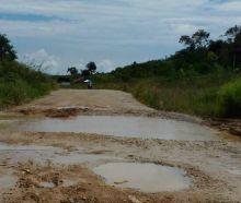 Tak Kunjung Selesai, Jalan Pintu Angin-Koto Gaek Kabupaten Solok Jadi Kubangan Lumpur