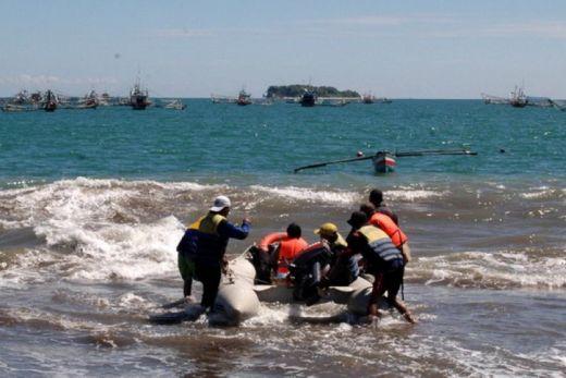 Tim Tabungan Sisir Pantai Cari Korban Kapal Tenggelam di Pulau Gosong