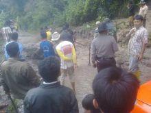 Longsor Putuskan Hubungan Jorong Ujuang Ladang dan Kasiak di Kecamatan X Koto Singkarak Solok