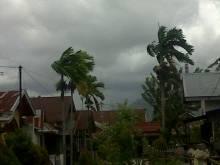 Waspadalah! Kota Padang dan Sebagian Wilayah Sumbar Diterjang Badai, BMKG Ingatkan Adanya Potensi Hujan Lebat Disertai Angin Kencang