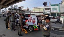 Parkir di Tempat Terlarang, Mobil Bergambar Capres 01 Digembok Satpol PP Bukittinggi