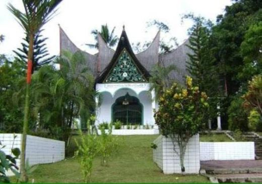 Kompleks Makam Tuanku Imam Bonjol dengan bangunan bergaya rumah gadang.