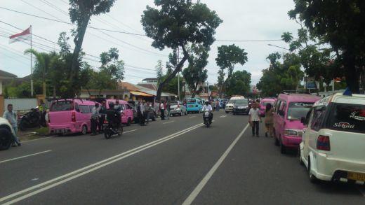 Ratusan Sopir Angkot Tolak Transportasi Online di Padang