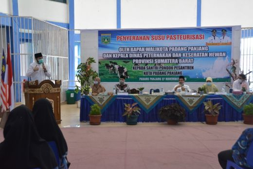 Pemprov Sumbar Bagikan Susu untuk Imunitas Santri di Padang Panjang