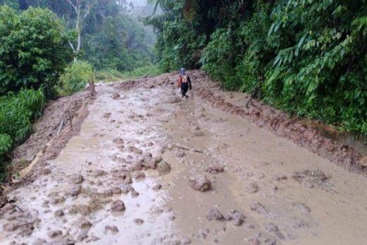 Jalan Penghubung Bukittinggi - Pasaman Barat Tertimbun Longsor Sepanjang 25 Meter